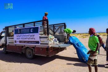 توزيع 100 حقيبة إيوائية لـ 1,200 أسرة نازحة بـ «شبوة»