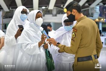 صور.. المعتمرون يتوافدون إلى المسجد الحرام بعد تخفيف الاحترازات
