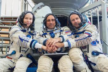 طاقم روسي يعود إلى الأرض بعد تصوير فيلم بالمحطة الفضائية