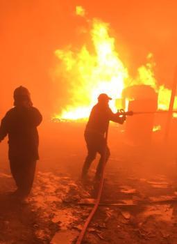 اخماد حريق كبير داخل معمل نجارة في بغداد