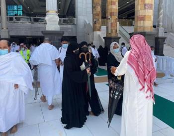 شؤون الحرمين.. توزيعّ  2000مظلة على المصلين والمعتمرين