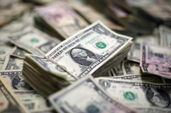الدولار يتجه صوب أعلى مستوى في عام