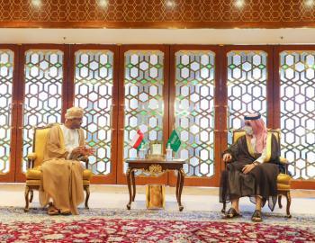 وزير الخارجية يتسلم رسالة من نظيره العُماني