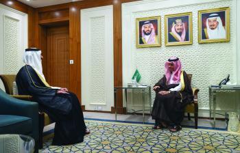 وزير الخارجية يبحث العلاقات الثنائية مع سفير دولة قطر