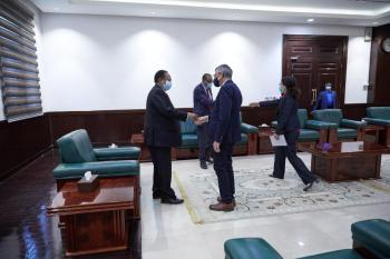 «حمدوك» يلتقي رئيس البعثة المتكاملة لدعم المرحلة الانتقالية بالسودان