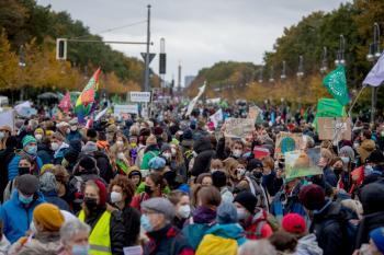 صور.. نشطاء البيئة يغلقون الطُرق أمام «الاتحاد الاشتراكي» ببرلين