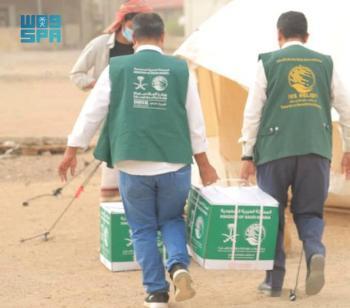 مركز الملك سلمان يوزع مساعدات طارئة للنازحين من مأرب