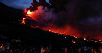 إسبانيا تتعهد بتعجيل المساعدات لجزيرة لا بالما