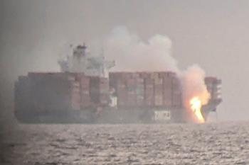 كندا تراقب حريق في سفينة حاويات قبالة ساحل فيكتوريا