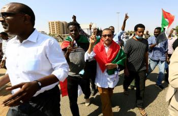 الإعلام السودانية : إصابات بين المتظاهرين المحتجين بمحيط القيادة العامة