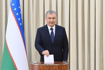 رئيس أوزبكستان يفوز بولاية رئاسية ثانية