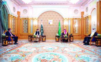 .. ويستعرض الجهود المبذولة لخفض الانبعاثات مع رئيس الوزراء الباكستاني