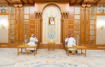 ولي العهد ونظيره البحريني يستعرضان العلاقات الأخوية