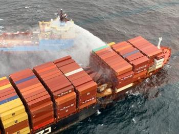 سقوط 100 حاوية من سفينة شهدت حريقا قبالة كولومبيا البريطانية