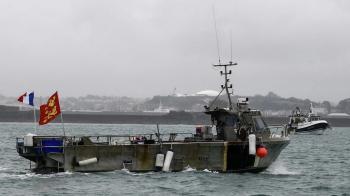 فرنسا تحتجز سفينة بريطانية لخلاف بشأن حقوق الصيد